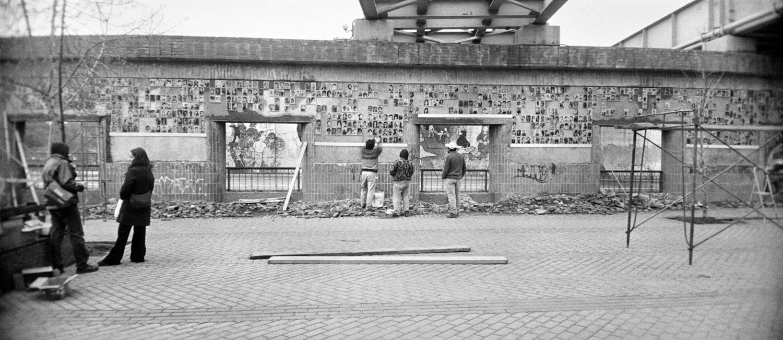 Claudio Pérez, εκτύπωση inkjet 45,5x101 εκ. Φωτογραφία από την εγκατάσταση Ο Τοίχος της Μνήμης, 1999-σήμερα Συλλογή MOMus-Μουσείο Φωτογραφίας Θεσσαλονίκης
