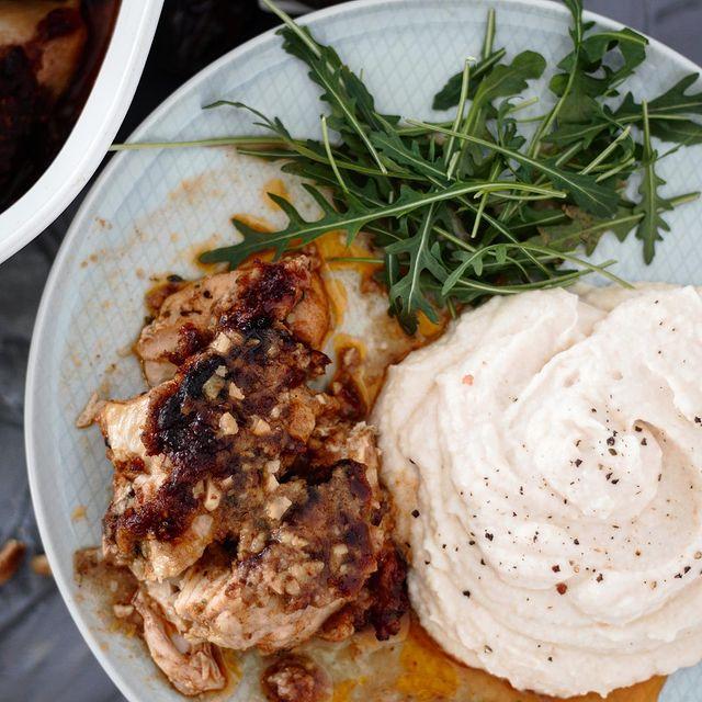Γλυκόξινο κοτόπουλο φούρνου με πουρέ σελινόριζας